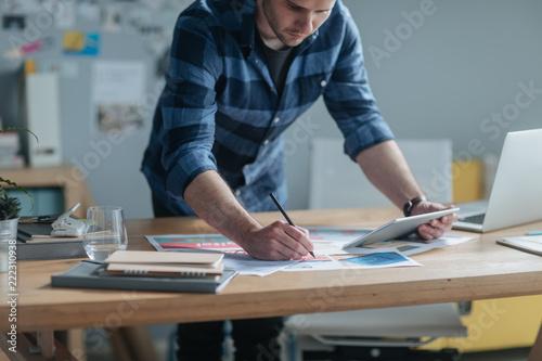 Fotografía  Businessman Examining Papers