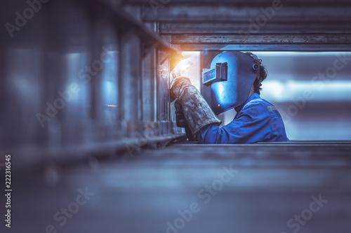 Fotografía Industrial Worker labourer at the factory welding steel structure