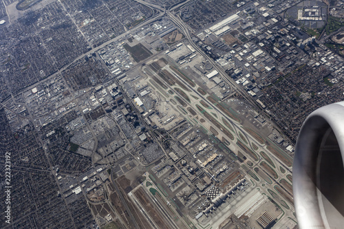 Foto op Plexiglas Amerikaanse Plekken Jet airplane engine circling directly above LAX runways in Los Angeles, California.