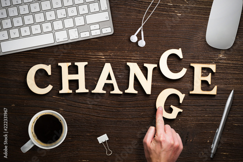 "Pinturas sobre lienzo  Hand changes one of six letters, turning the word ""change"" to ""chance"""