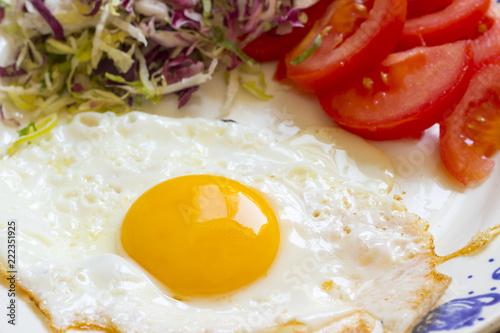 Uovo fritto con insalata e pomodori