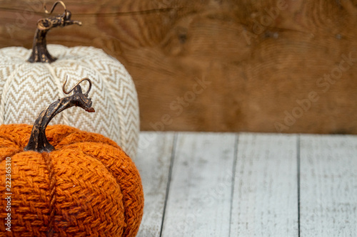Foto  Fabric knit pumpkins on a wooden background