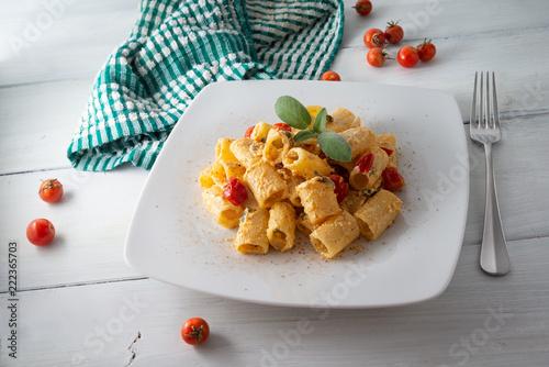 Mezze maniche con crema di ricotta e pomodorini Canvas Print