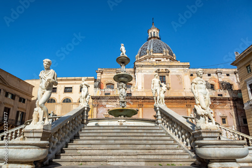 Tuinposter Historisch mon. Praetorian Fountain in Palermo, Italy