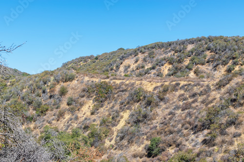 In de dag Blauw Trails for hiking to top of hills in California mountains on hot summer day