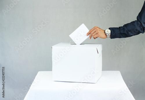 Valokuva  Mężczyzna oddający głos do urny wyborczej