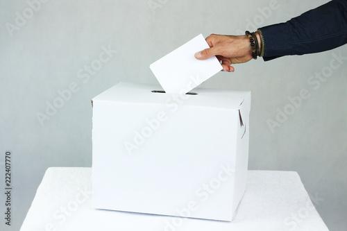 Valokuvatapetti Mężczyzna oddający głos do urny wyborczej