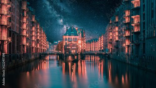 Fotomural Hamburg Wasserschloss mit Milchstraße zur Nacht