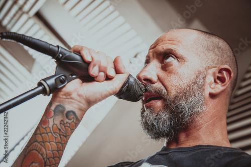 Fotografie, Obraz  cantante rock in sala prove