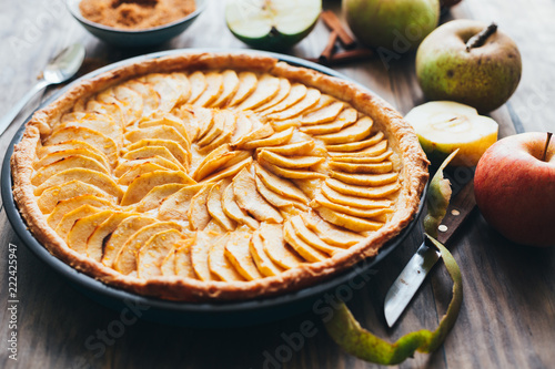 Tela Traditional apple tart on rustic wooden background