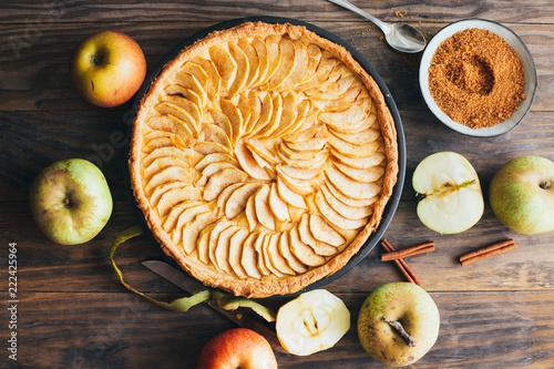 Obraz na płótnie Freshly made apple pie tart on rustic wooden background