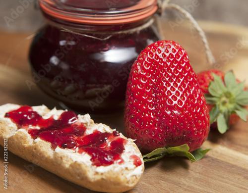 petit dejeuner a la confiture de fraises