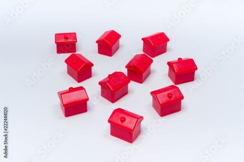 Foto  Czerwony dom na białym tle