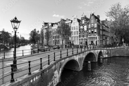 Fototapeta premium Piękny widok na słynne kanały światowego dziedzictwa UNESCO w Amsterdamie, w Holandii, w czerni i bieli. Keizersgracht (kanał Cesarzy)
