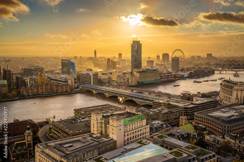 London, England - Panoramic aerial skyline view of London at sunset with Blackfr Canvas-taulu