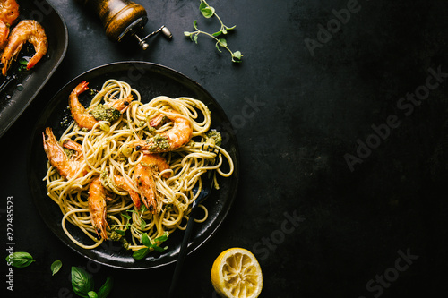 Photo  Spaghetti with pesto and prawns served on plate