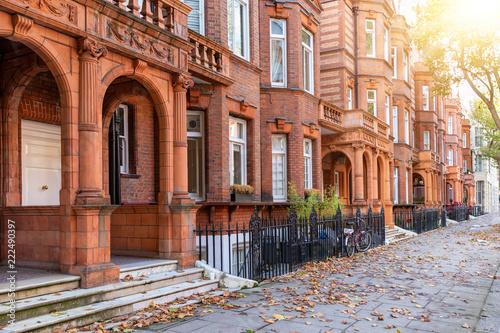 London im Herbst: typische, britische Architektur in einer Straße im Bezirk Chealsea, Kensington, Großbritannien