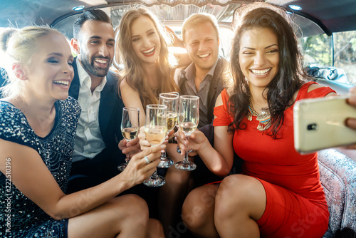 Cuadros en Lienzo Party Männer und Frauen in einer Limo machen ein Handy Selfie