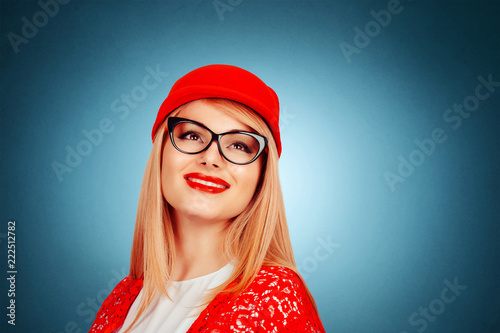 Fotografia  cool woman in red cap hat smiling laughing
