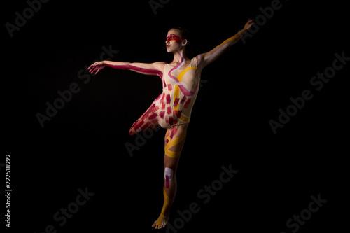 Mujer joven haciendo danza contemporánea sobre fondo negro en estudio Canvas Print