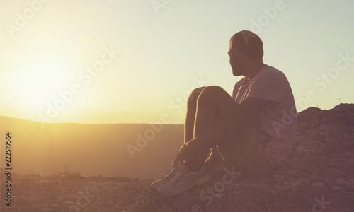 Fotografía  Man taking a break and relax in a meadow in the wonderful warm