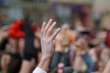 ręka w tłumie podniesiona do góry