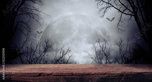 In de dag Zwart Old wood table and silhouette dead tree at night for Halloween background.