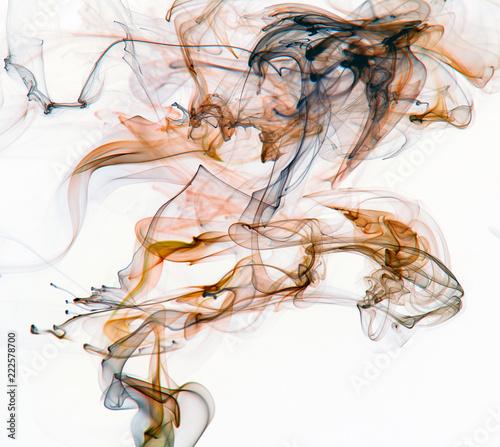 streszczenie-dymu-na-bialym-tle