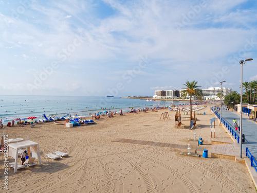 Fotografia  Beautiful promenade along the sandy beach and the sea in Alicante
