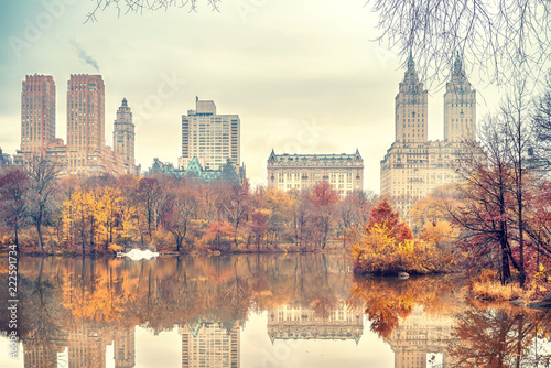 Foto op Canvas New York City The lake in Central park, New York City at autumn day, USA
