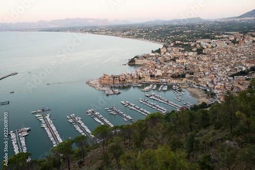 Fotomural Hafen von Castellammare del Golfo am Abend
