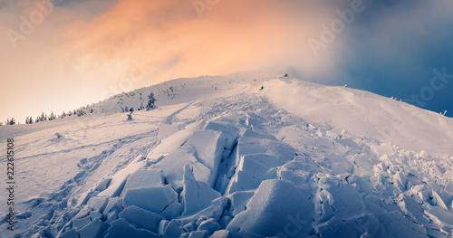 Photographie Snow avalanche in winter mountains. Danger extreme concept