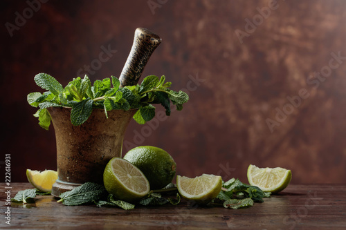 Foto op Aluminium Aromatische Bunch of fresh green organic mint and lime.
