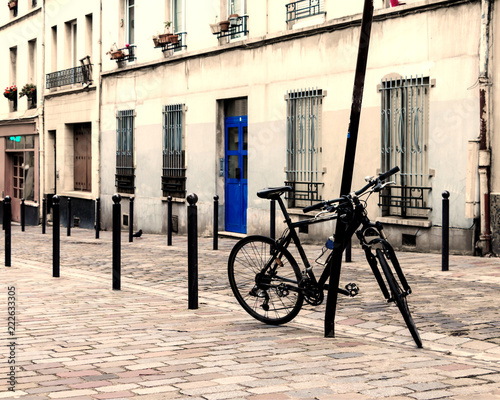 Photo Paris street - pavement roadway and bike parked. Typical french.