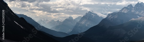 Photo sur Toile Photos panoramiques Dramatic landscape along the Icefields Parkway, Canada