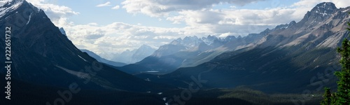 Foto op Canvas Blauwe hemel Dramatic landscape along the Icefields Parkway, Canada