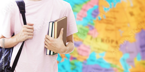 Foto student hand with books and map, learn languages