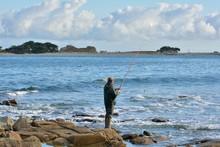 Pêcheur Sur La Côte Bretonne