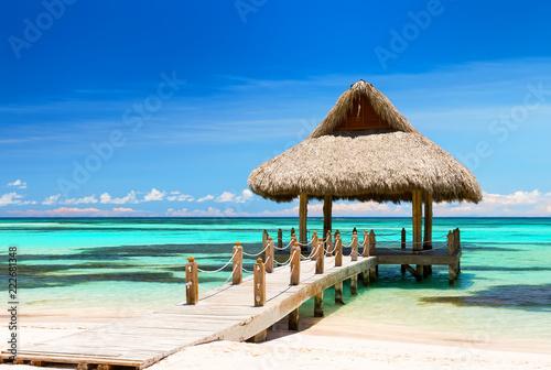 Fotografía  Beautiful gazebo on the tropical white sandy beach