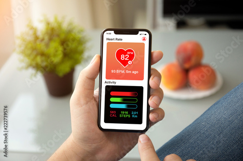 Fotografia  man hands holding phone with app heart and activity screen