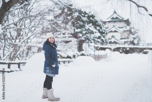 Photo Portrait of beautiful Asian girl walking in the park at Hirosaki Castle in Aomor