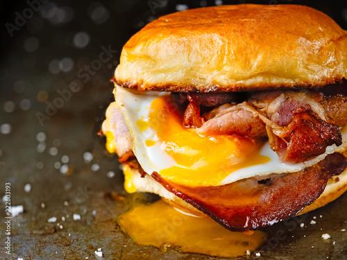 Foto rustic bacon egg breakfast sandwich bun