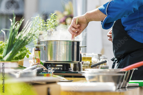 Fototapeta Koch in der Küche Kocht Leckeres Essen  obraz