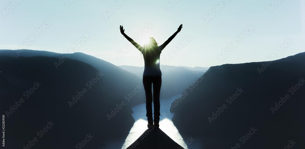 Fototapeta mit erhobenen armen am Gipfel