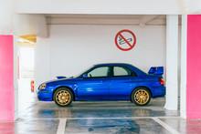 Voiture De Sport Aux Couleurs Pop Dans Un Parking