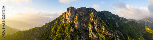 Montage in der Fensternische Gebirge Panoramic of Lion Rock mountain under sunset