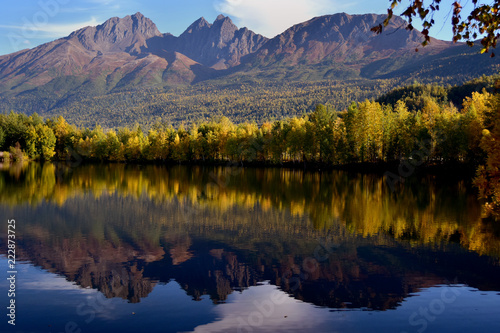 Fotobehang Bergen Autumn Colors at Reflections Lake, Alaska