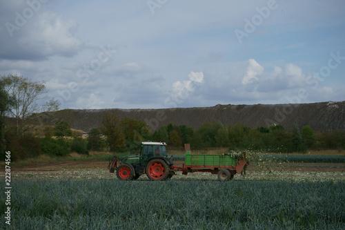 Photo  Traktor mit Häksler auf dem Feld