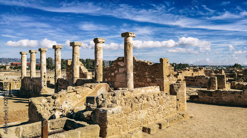 Papiers peints Con. ancienne Ancient ruins of Kourion city near Pathos and Limassol, Cyprus. Row of columns under blue sky. Travel outdoor background