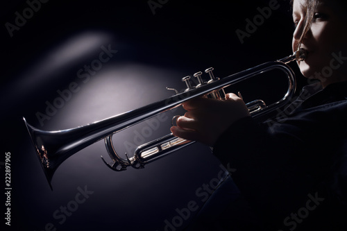 Foto op Plexiglas Muziek Trumpet player jazz musician playing brass instrument
